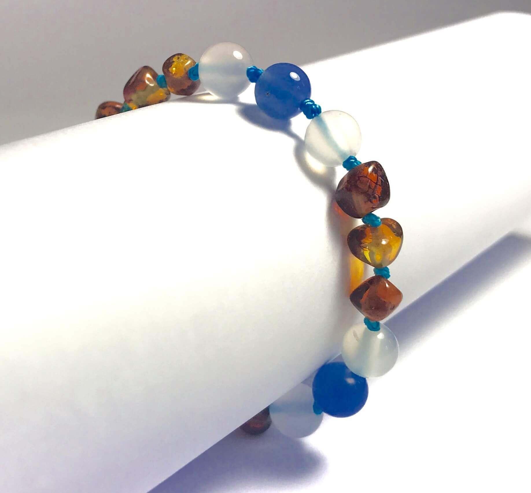8475f2d28eb Bracelet pour bébé en Ambre caramel et Agate Bleue et blanche